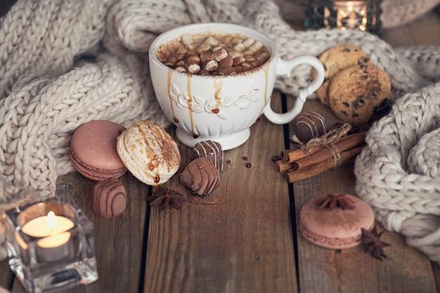 Kerstmis of nieuwjaarsamenstelling met warme chocolademelk of cacao en marshmallows