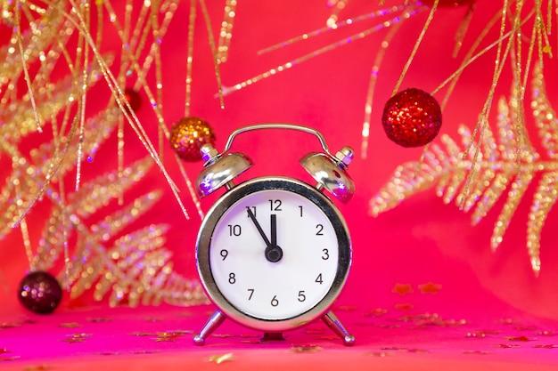 Kerstmis of nieuwjaarsamenstelling met wekker en gouden decoratie, kerstmisaftelprocedure