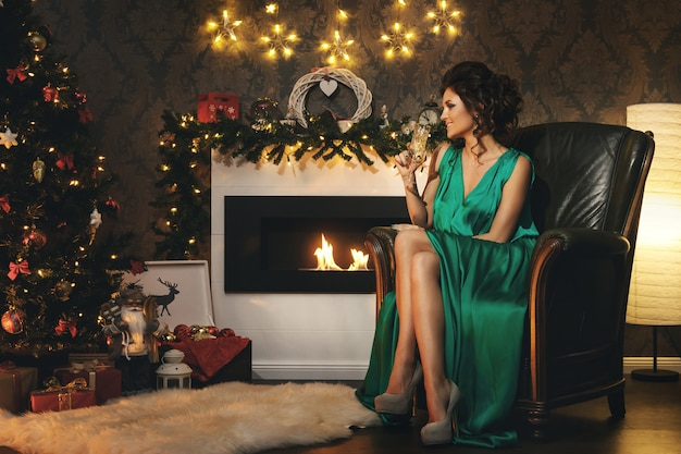 Kerstmis of nieuwjaarviering. gelukkige vrouw met een glas champagne.