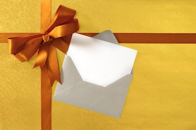Kerstmis of verjaardagskaart met cadeau lint en boog