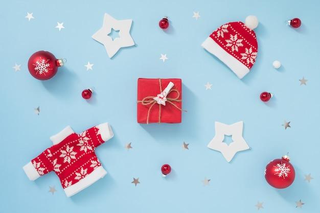 Kerstmis of winter achtergrond met envelop en decoraties op pastel blauwe achtergrond. nieuwjaar concept.