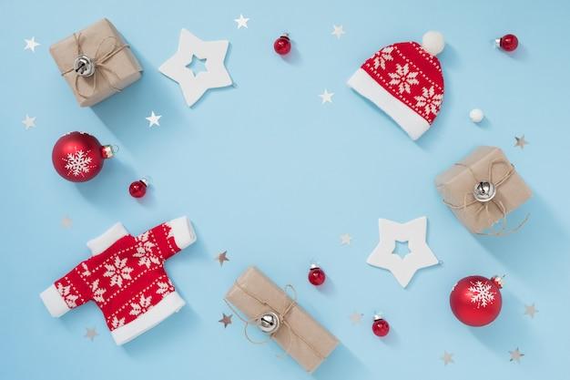 Kerstmis of winter samenstelling met envelop en decoraties op pastel blauwe achtergrond. nieuwjaar concept.
