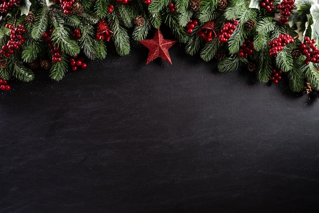 Kerstmis op zwarte houten achtergrond.