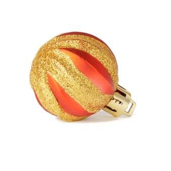 Kerstmis rode bal met glanzende strepen geïsoleerd op een witte achtergrond. nieuw jaar rond speelgoed.