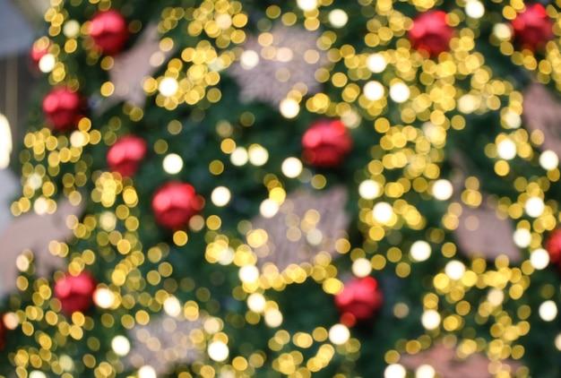 Kerstmis steekt bokeh achtergrond aan verfraaien op denneboom vage achtergrond