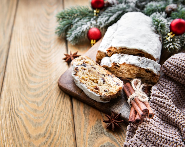 Kerstmis stollen op houten achtergrond