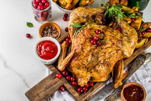 Kerstmis, thanksgiving voedsel, gebakken geroosterde kip met cranberry en kruiden