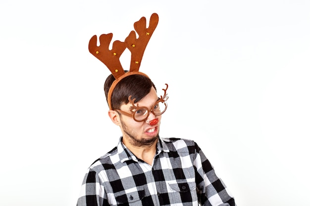 Kerstmis, vakantie en grappig concept - man met herten hoorns en rudolf nous op witte ruimte