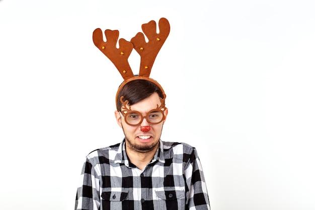 Kerstmis, vakantie en grappig concept - man met herten hoorns en rudolf nous Premium Foto