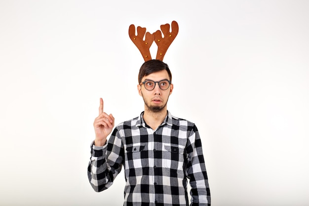 Kerstmis, vakantie en grappig concept - man met herten hoorns en rudolf nous