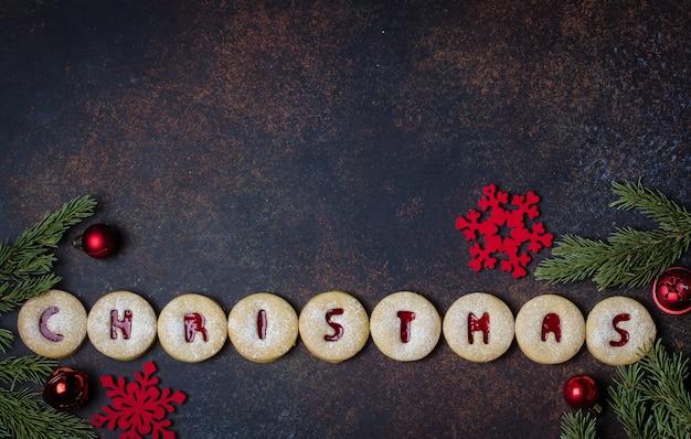 Kerstmis. vakantie zelfgemaakte zoete koekjes. traditionele oostenrijkse koekjes - linzer-koekjes gevuld met rode frambozenjam.