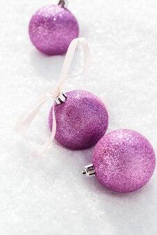 Kerstmis violet ballen met een strik uit lint