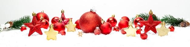 Kerstmis witte achtergrond met kerstmisballen en decoratie