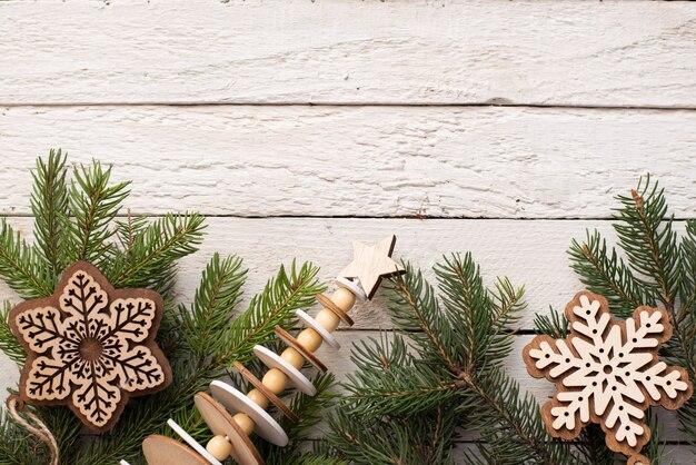 Kerstmis witte houten met groene en houten spar, sneeuwvlokken. bekijken met copyspace