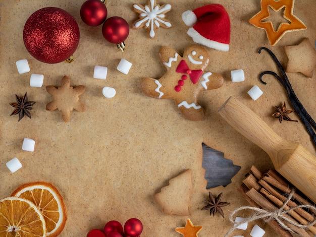 Kerstmis zelfgemaakte heerlijke peperkoek en bakken ingrediënten.