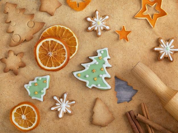 Kerstmis zelfgemaakte ontbijtkoek en bakken ingrediënten.