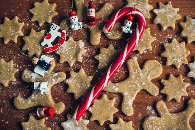 Kerstmis zelfgemaakte peperkoekkoekjes, snoepjes en kerstversiering