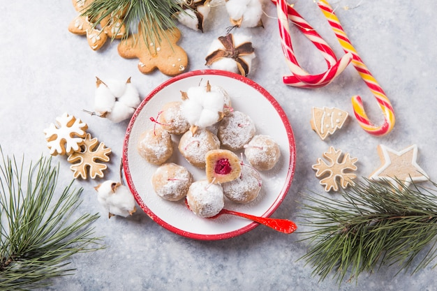 Kerstmis zoet suikergoed op de dessertlijst. ballen van koekje met kers - loli pop of cake pop. nieuwjaardecoratie en appelcider drankje. gelukkig holidey concept