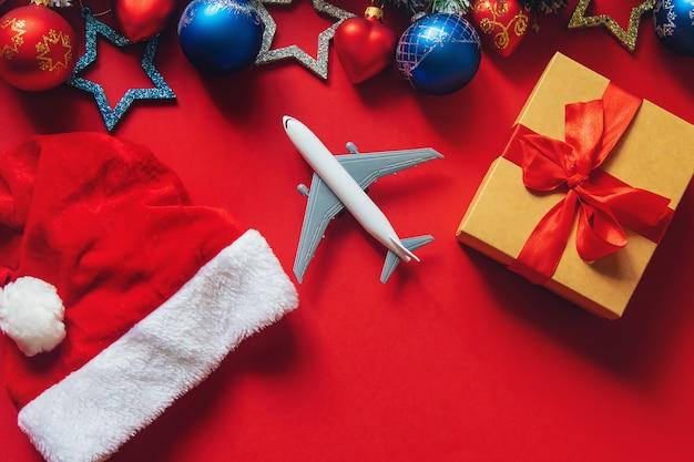 Kerstmisachtergrond in rood met reisconcept