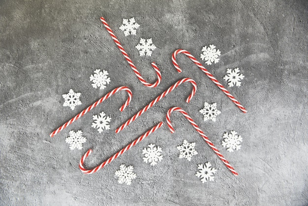Kerstmisachtergrond, kerstmisdecoratie met sneeuw en de winter van kerstmis van het suikergoedriet de feestelijke en gelukkig nieuwjaarobjecten vakantieconcept