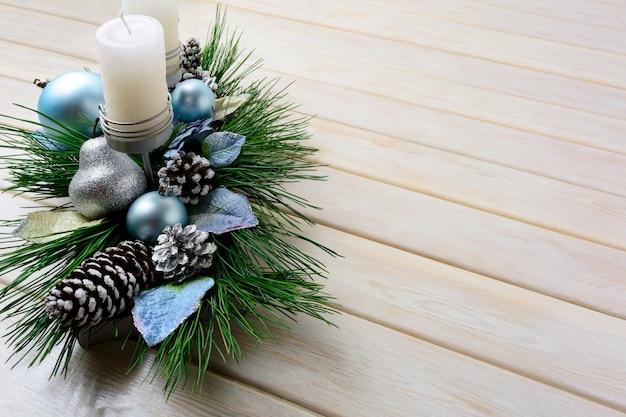 Kerstmisachtergrond met blauwe ornamenten verfraaide kaarsenhouder
