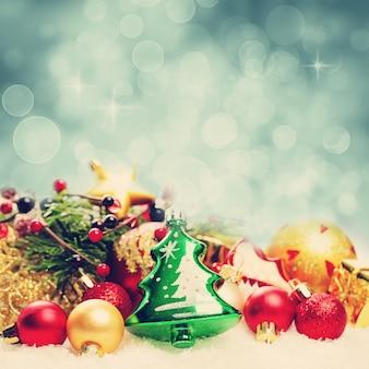 Kerstmisachtergrond met bokehfonkeling. decoratierand op witte sneeuw