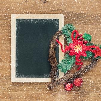 Kerstmisachtergrond met bord en ornamenten
