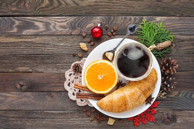Kerstmisachtergrond met continentaal ontbijt