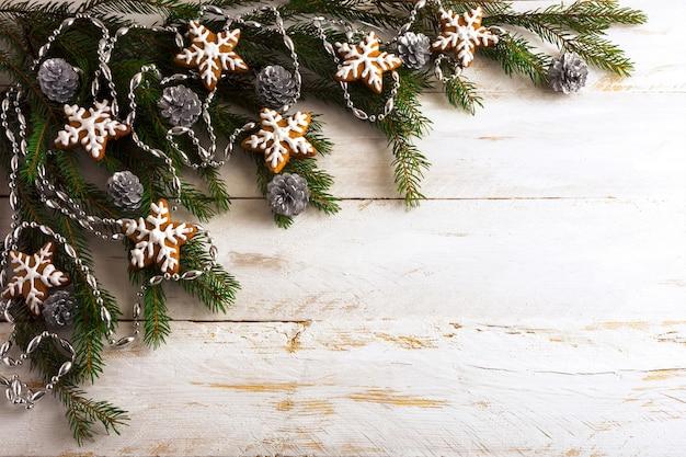 Kerstmisachtergrond met de eigengemaakte koekjes van de suikerglazuurpeperkoek