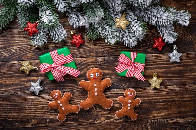 Kerstmisachtergrond met de gevoelde peperkoekmens