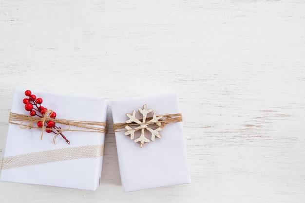 Kerstmisachtergrond - met de hand gemaakte huidige giftdozen voor vrolijke kerstmis