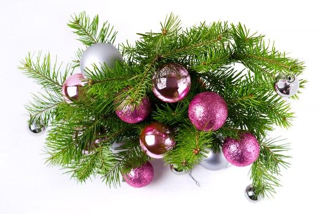 Kerstmisachtergrond met de roze en zilveren kroon van de ballendeur
