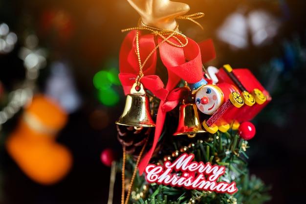 Kerstmisachtergrond met decoratie en giftdozen op houten