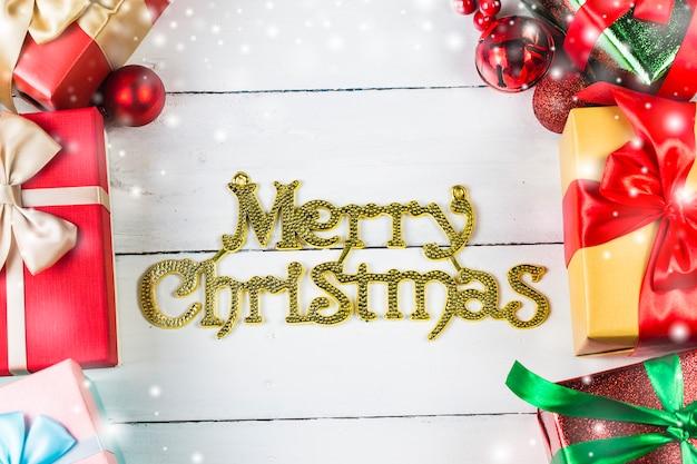 Kerstmisachtergrond met decoratie en giftvakjes op houten raad