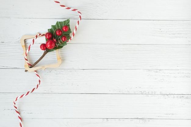 Kerstmisachtergrond met decoratieve samenstelling van houten frame
