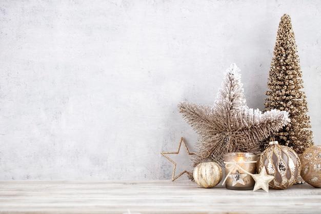 Kerstmisachtergrond met decoratieve ster, kerstballen en gouden boom.