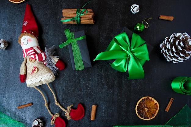 Kerstmisachtergrond met droge oranje, witte dennenappel, groene kerstboomballen, mandarijnen, rode appel, gemberstokken,