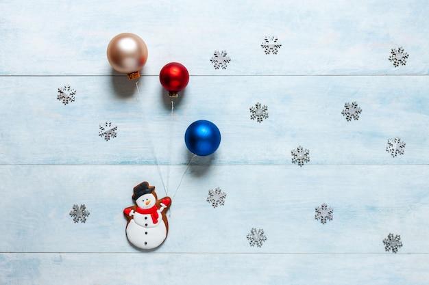 Kerstmisachtergrond met een sneeuwman en kerstmisballen