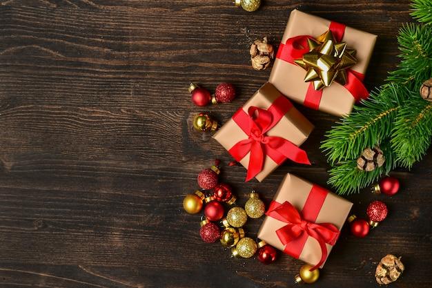 Kerstmisachtergrond met feestelijke giftdozen