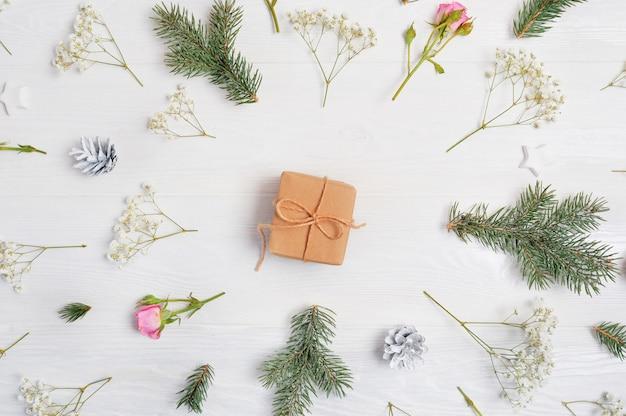 Kerstmisachtergrond met gift in centrum en kerstmiselementen wordt verfraaid dat