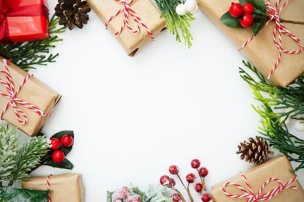 Kerstmisachtergrond met giftdozen en de winterdecoratie.