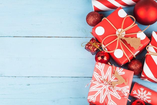 Kerstmisachtergrond met giftdozen, voorbereiding voor vakantie. bovenaanzicht