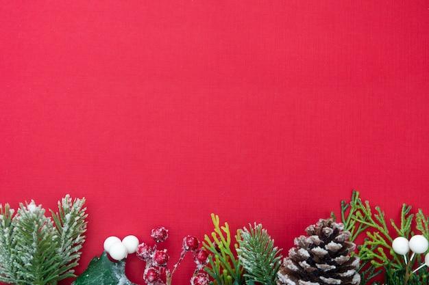 Kerstmisachtergrond met giftvakjes op rode raad en exemplaarruimte.