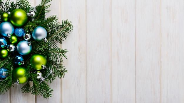 Kerstmisachtergrond met groene en blauwe ornamenten