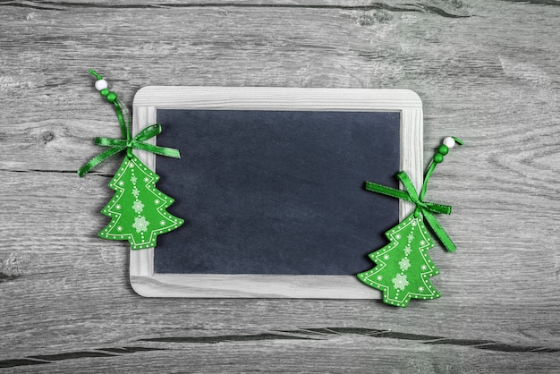 Kerstmisachtergrond met groene snuisterijen, tekstruimte
