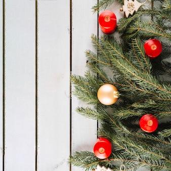 Kerstmisachtergrond met kaarsen en spartakken