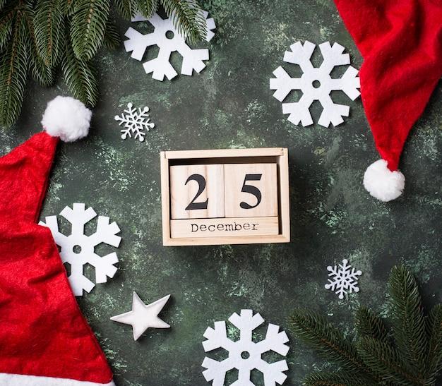 Kerstmisachtergrond met kerstmanhoed