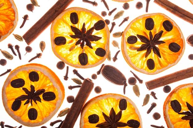 Kerstmisachtergrond met kruiden en droge sinaasappelplakken en koffiebonen