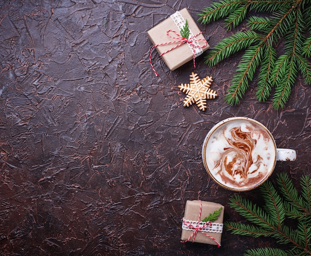 Kerstmisachtergrond met latte en giftdozen