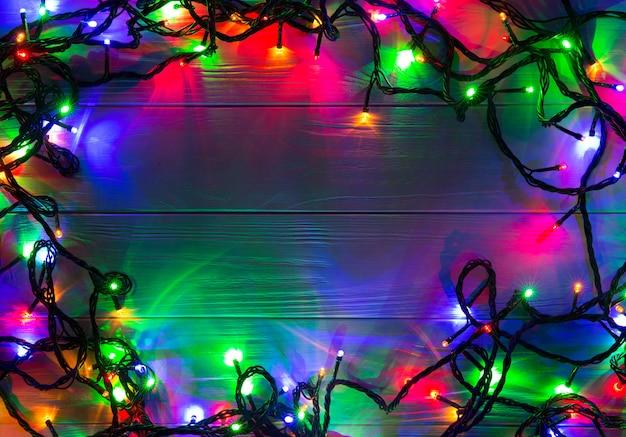 Kerstmisachtergrond met lichten. gloeiende kleurrijke kerstverlichting